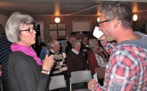 Ordförande Kristina i samspråk med en av gästerna.