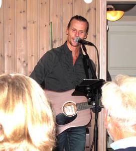 Daniel Blohm som trubadur spelade och sjöng men fick också igång lite allsång